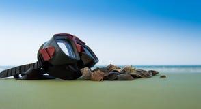 Zambullida del equipo de submarinismo de la máscara con las cáscaras del mar en el fondo del verde azul de la costa de mar ilustración del vector