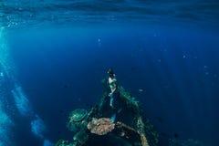 Zambullida del hombre de Freediver bajo el agua en el naufragio en Bali Freediving imagenes de archivo