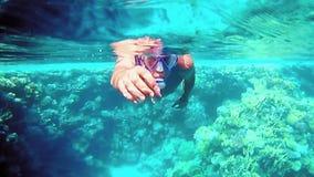 Zambullida del hombre subacuática en máscara del salto que bucea