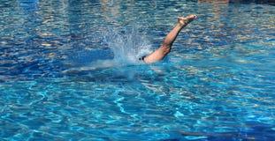 Zambullida en piscina imagenes de archivo