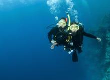 Zambullida feliz del equipo de submarinismo de los pares junto Foto de archivo libre de regalías