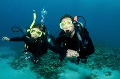 Zambullida feliz del equipo de submarinismo de los pares junto Imagen de archivo