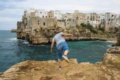 Zambullida loca en el mar en el polignano una yegua Fotografía de archivo