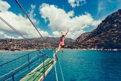 Zambullidas o saltos de la muchacha Fotografía de archivo libre de regalías