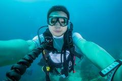 Zambullidor de equipo de submarinismo con los reguladores de inmersión Imágenes de archivo libres de regalías