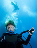 Zambullidor de equipo de submarinismo de la mujer Fotos de archivo libres de regalías