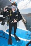 Zambullidor de equipo de submarinismo de la mujer en el filón coralino Foto de archivo