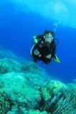 Zambullidor de equipo de submarinismo de la mujer joven Foto de archivo libre de regalías