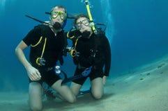 Zambullidor de equipo de submarinismo del hombre y de la mujer Foto de archivo