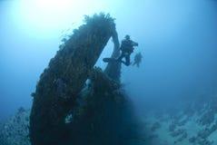 Zambullidor de equipo de submarinismo en el área del propulsor de un naufragio. Fotos de archivo libres de regalías
