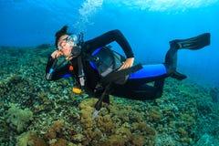 Zambullidor de equipo de submarinismo femenino feliz Imagen de archivo libre de regalías