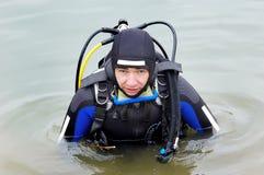 Zambullidor de equipo de submarinismo que entra en el agua Fotografía de archivo libre de regalías