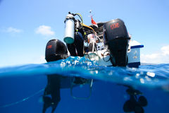 Zambullidor que sube en un barco Fotos de archivo