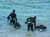 Zambullidores de equipo de submarinismo Imagenes de archivo