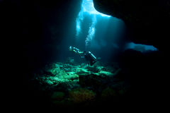 Zambullidores que exploran un tubo de lava Fotografía de archivo libre de regalías