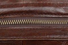 Zamek błyskawiczny skowa na brown skóry powierzchni zakończeniu zdjęcie royalty free
