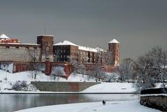 Zamek Wawel slott i Krakow och Vistula River i vinter Royaltyfri Fotografi