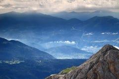 Zamgli, chmury, słońce promienie nad Pokljuka plateau, Juliańscy Alps Obraz Stock