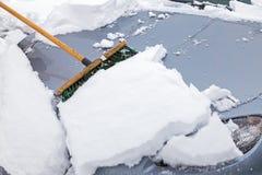 Zamiatać snowed samochód Zdjęcia Royalty Free
