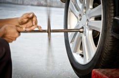 Zamieniać uszkadzającego koło przejażdżki pojazd Fotografia Stock