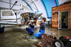 Zamieniający brakowe części samolot usługuje pracownika zdjęcia stock