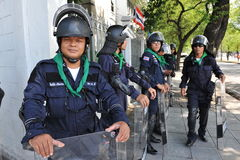 Zamieszki polici stojaka strażnik przy rzędu domem Obrazy Royalty Free