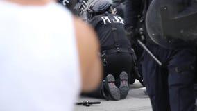 Zamieszki policja aresztuje mężczyzna w ogromnych liczbach - HD 1080p zdjęcie wideo