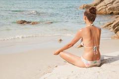 zamknęła koncepcji beach korzystają z oczu szczęścia życia kobiecego zdrowego trybu życia lata relaksu zdjęcia pozycji kobiet lot zdjęcia royalty free