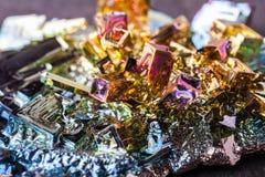 Zamknięta makro- fotografia sztucznie syntetyzujący bizmutowy kryształ fotografia royalty free