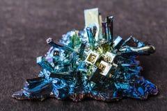 Zamknięta makro- fotografia sztucznie syntetyzujący bizmutowy kryształ obraz stock