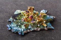 Zamknięta makro- fotografia sztucznie syntetyzujący bizmutowy kryształ zdjęcie royalty free