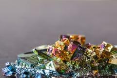Zamknięta makro- fotografia sztucznie syntetyzujący bizmutowy kryształ fotografia stock