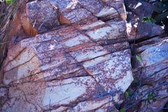 ZAMKNIĘTY widok CZŁONUJĄCA skała Z BIAŁYM I CZERWONYM kolorytem zdjęcia royalty free