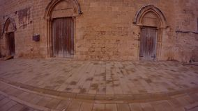 Zamknięci drewniani drzwi w starej świątyni w centrum forteca Famagusta zbiory wideo