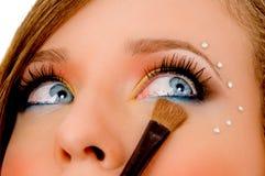 zamknięci eyeliner kładzenia widok kobiety potomstwa Obrazy Stock