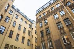 Zamknięci jardy starzy budynki w St Petersburg obrazy royalty free