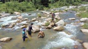 Zamknięci widoków faceci Skaczą w Chłodno wody chwyta ryba z rękami zbiory