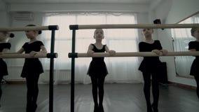 Zamknięci widoki Małe baleriny Które robią baletniczego ruchu w tym samym czasie ubierali w czarnym leotard zbiory wideo
