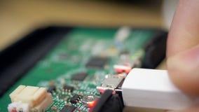 Zamknięci widoku telefonu mikroukłady i kabel łączący przesyłać zdjęcie wideo