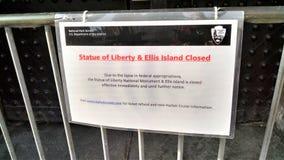 Zamknięci znaków zrozumienia przed barykadującymi NPS drzwiami fotografia royalty free