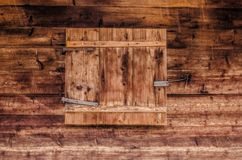 Zamknięta żaluzja na starym drewnianym tle fotografia royalty free