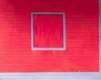Zamknięta żaluzja, okno odizolowywający na drewnianej budynek powierzchowności - p obrazy royalty free