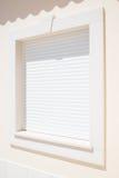 Zamknięta biała plastikowa nowożytna żaluzja na okno obraz stock