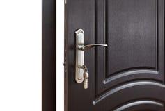 Zamknięta ciemnego brązu drewniana drzwiowa rękojeść z kędziorkiem Obraz Stock