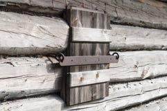 Zamknięta drewniana żaluzja na starzejącej się ścianie beli kabina obrazy royalty free