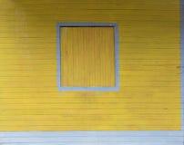 Zamknięta drewniana nadokienna żaluzja odizolowywająca na drewnianym budynek ściany exte obrazy stock