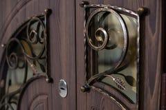 Zamknięta drzwiowa rękojeść dorosły dziecka drzwiowej rękojeści chwyta kędziorek Ciemnego brązu drewniany drzwiowy zbliżenie Nowo Fotografia Royalty Free