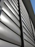 Zamknięta kruszcowa nadokienna żaluzja przy budynkiem biurowym zdjęcie royalty free