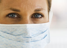 zamknięta lekarka przygląda się kobiety zamknięty s Obraz Stock
