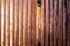 Zamknięta metal żaluzja Ośniedziały garaż fotografia stock